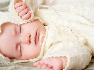 ребенок спит в кофточке