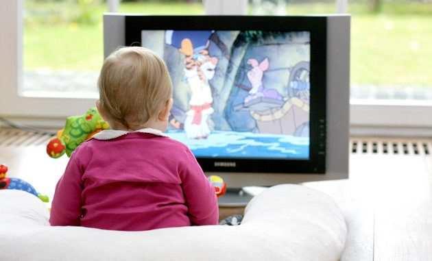 маленький ребенок и телевизор
