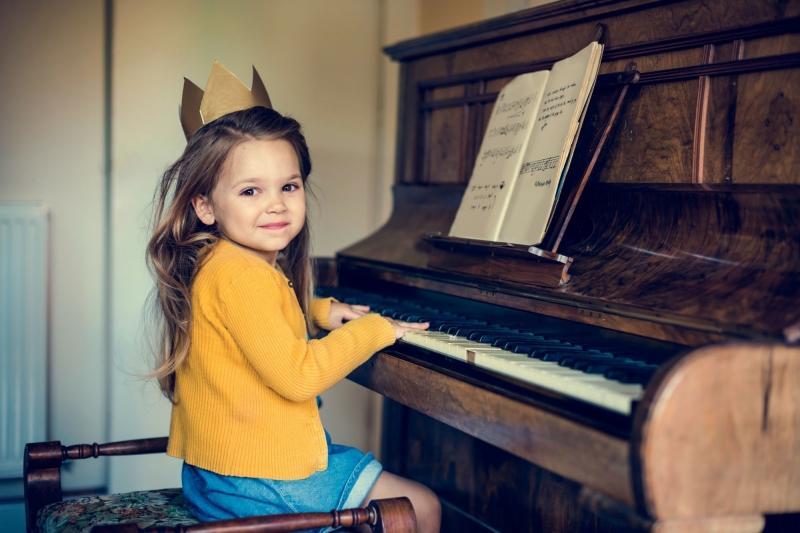 ребенок играет на фортепиано