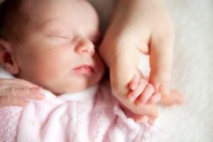 Позднее перерезание пуповины: рядом с мамой до первого вдоха