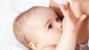 Ребенок кусает грудь: причины, что делать маме