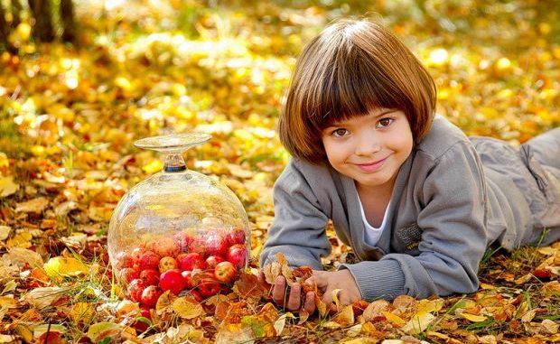 мальчик осенью