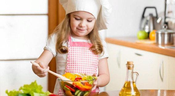 девочка готовит есть