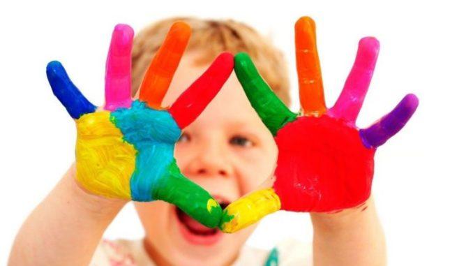 ребенок рисует краски