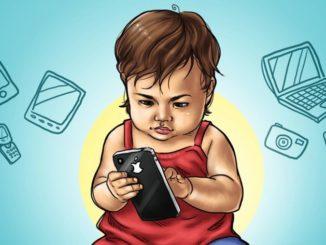 малыш со смартфоном