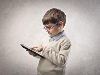 ребенок и планшет