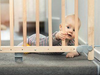 ребенок на лестнице фото
