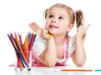 ребенок рисует фото