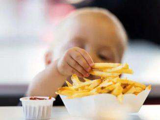 картофель фри и малыш