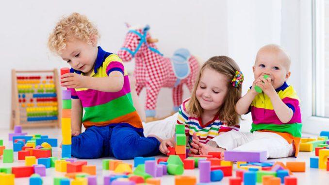 дети в комнате