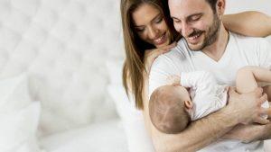 Когда родители обнимают малыша, он становится спокойнее и умнее.