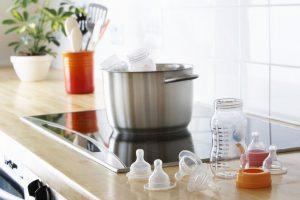 Стерилизация бутылочек и пустышек: действительно необходима?