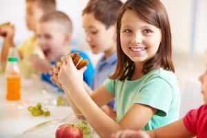 Какие продукты помогут школьнику лучше учиться: питание для ума